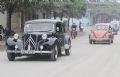 古董车团队在河内街上游行。
