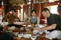 Được ngồi nhà sàn và ăn những món ăn truyền thống của người Thái là một khám phá đầy mới mẻ của các nghệ sĩ Pháp trong chuyến lưu diễn này.