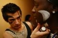 Garcia Ludovic vẽ mặt cho Seidou Nelly theo phong cách hoá trang của những thổ dân châu Mỹ.