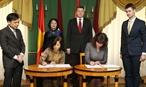 A linvitation du président letton Raimonds Vejonis la vice-présidente de la République Dang Thi Ngoc Thinh effectue une visite officielle en Lettonie du 19 au 22 octobre 2017. Dans laprès-midi du 19 octobre au palais présidentiel à Riga la vice-présidente Dang Thi Ngoc Thinh a eu une entrevue avec le président letton Raimonds Vejonis. En image: La vice-présidente Dang Thi Ngoc Thinh et le président letton Raimonds Vejonis ont assisté à la signature dun accord qui permettra déviter la double imposition entre les deux pays et de renforcer la lutte contre les fraudes fiscales. Photo: Doan Tan/AVI
