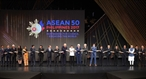 응웬쒄푹(Nguyễn Xuân Phúc) 총리가 13일 오전(현지시간) 필리핀 마닐라 필리핀문화센터(CCP)에서 열린 제31회 동남아시아국가연합(ASEAN) 정상회의 개막식에 참석해 각국정상들과 기념촬영을 하고 있다. 사진:통녓(Thống Nhất)/베트남 통신사