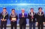 응웬쑤언푹(Nguyễn Xuân Phúc)총리는 16일 저녁 하노이시에서 2017 베트남인재 시사식에 참석하였다. 사진은 응웬쑤언푹 총리가 대상자인 쥐던(Duy Tan)대학교  잠재력인 과학기술 상품 시스템의 보건 교육 및 연구하기 위한 3D 인체모형을 만든 과학기술연구팀에게 시상하고 있는 모습. 사진: 통 느엇(Thống Nhất)/베트남통신사