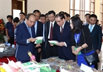 Prime Minister Nguyen Xuan Phuc attends the Bac Kan Investment Promotion Forum in the northern mountainous province of Bac Kan on November 19. In the photo: PM Phuc visits a trade fair in the sideline of the forum. Photo: Thong Nhat/VNA