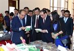 2017年11月19日上午在北干省,越南政府总理阮春福出席2017年北干省投资促进会议并发表讲话。图为阮春福总理参观展位。越通社记者 统一 摄
