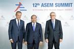 2018年10月18日の夜、ベルギーのブリュッセル首都において、第12回アジア欧州会合(ASEM)首脳会合が開催された。ベトナムのグエン・スアン・フック首相率いるベトナム代表団も同会議に出席した。写真説明:第12回アジア欧州会合(ASEM)首脳会合の開幕式において、ベトナムのグエン・スアン・フック首相を歓迎するドナルド・フランチシェク・トゥスク欧州理事会議長とジャン=クロード・ユンケル欧州委員会委員長。撮影:ベトナム通信社