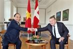 2018年10月20日午後、デンマークのコペンハーゲンにおいて、ベトナムのグエン・スアン・フック首相はデンマークのラース・ロッケ・ラスムセン首相と会談し、両国間の協力文書の調印式に出席した。写真説明:階段の前、記念写真を撮影するベトナムのグエン・スアン・フック首相とデンマークのラース・ロッケ・ラスムセン首相。撮影:トン・ニャットーベトナム通信社