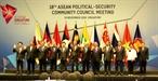ຕອນເຊົ້າວັນທີ 13 ພະຈິກ 2018 ທີ່ປະເທດ ສິງກະໂປ ໄດ້ດຳເນີນໄປ ກອງປະຊຸມ ຄະນະມົນຕີການເມືອງ-ຄວາມສະຫງົບ ເພື່ອກະກຽມ ໃຫ້ແກ່ກອງປະຊຸມສຸດຍອດ  ASEAN ຄັ້ງທີ 33. ທ່ານ ຮອງນາຍົກລັດຖະມົນຕີ ລັດຖະມົນຕີການຕ່າງປະເທດ ຟ້າມບິ່ງມິນ ໄດ້ເຂົ້າຮ່ວມກອງປະຊຸມດັ່ງກ່າວ. ໃນພາບ: ຫົວໜ້າຄະນະປະເທດຕ່າງໆຖ່າຍຮູບຮ່ວມກັນ. (ພາບ: ຊວນວິ້ງ-ຂ່າວສານຫວຽດນາມ)