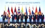 Laprès-midi du 13 novembre  à Singapour le Premier ministre Nguyên Xuân Phuc a participé à la cérémonie inaugurale du 33e Sommet de lASEAN. En image: le Premier ministre Nguyên Xuân Phuc (4e à gauche) et les chefs de délégation posent pour une photo souvenir.Photo : Thông Nhat/AVI