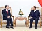 응웬쑤언푹(Nguyễn Xuân Phúc)총리는 13일 오후 총리실에서 대사임기 시작해서 인사하려 온 Xiong Bo주베트남 중국대사를 접견하였다. 사진: 통느엇(Thống Nhất)/베트남통신사