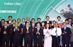 응웬쑤언푹(Nguyễn Xuân Phúc)총리 15일 오전 롱쑤엔(Long Xuyên)시에 2018 안장시 투자추진포럼에 참석하였다.이 포럼에서 응웨쑤언푹 총리와 참석대표단은 안장(An Giang)성에 투자결정서 체결식 증인으로 참석하였다. 사진: 통느엇(Thống Nhất)/베트남통신사