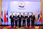 팜빙밍(Phạm Bình Minh)부총리 겸 외교장관은 17일 라오스 루앙프라방(Luang Prabang)시에서 캄보디아 라오스 미얀마 태국 중국의 외교장관들과 함께 제4회 메콩 - 란창강 외교장관회의에 참석하였다. 사진은 참석대표단장들이 기념사진을 촬영하고 있는 모습. 사진: 팜끼엔(Phạm Kiên)/베트남통신사