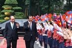 2018年12月7日上午在主席府,越南政府总理阮春福主持仪式欢迎从2018年12月6日至8日对越南进行正式访问的柬埔寨王国首相洪森。图为河内儿童手上高举两国国旗欢迎洪森首相访越。越通社记者 统一 摄