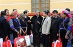 2018年2月9日在安沛省,越共中央政治局委员、中央书记处常务成员、中央检查委员会主任陈国旺给木岗寨县高发乡人民拜年并向困境居民、橙色剂受害者赠送礼物。越通社记者 芳花 摄