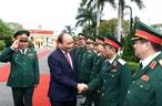 2018年2月11日在岘港市,越南政府总理阮春福探访越南人民军第五军区并给干部战士们拜年。越通社记者 统一 摄