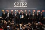 ຕອນເຊົ້າວັນທີ ວັນທີ 9 ມີນາ 2018 ພິທີເຊັນສັນຍາຄູ່ຮ່ວມມືຮອບດ້ານ ແລະ ກ້າວໜ້າຂ້າມປາຊີຟິກ (CPTPP) ໄດ້ຈັດຂຶ້ນ ທີ່ນະຄອນ ຊານຕີອາໂກະ ເດີ ຈີເລ ໂດຍພາຍໃຕ້ການເປັນປະທານ ຂອງປະທານາທິບໍດີຂອງປະເທດປະເທດເຈົ້າພາບ Michelle Bachelet. ເຂົ້າຮ່ວມພິທີເຊັນສັນຍາລວມມີຜູ້ຕາງໜ້າ ຂອງ 11 ປະເທດ ເຊັ່ນ: ອົສຕາລີ ບຣູໄນ ການາດາ ຈີເລ ຍີ່ປຸ່ນ ມາເລເຊຍ ເມກຊິກໂກ ນິວຊີແລນ ເປຣູ ສິງກະໂປ ແລະ ຫວຽດນາມ. ທ່ານ ເຈິ່ນຕ໋ວນແອງ ລັດຖະມົນຕີກະຊວງອຸດສາຫະກຳ ແລະ ການຄ້າ ຫວຽດນາມ ໄດ້ເຂົ້າຮ່ວມພິທີເຊັນສັນຍາດັ່ງກ່າວ. (ພາບ: ຂ່າວສານຊິນຮວາ/ຂ່າວສານຫວຽດນາມ)