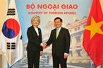 팜빙밍(Phạm Bình Minh)부총리 겸 외교장관은 9일 오전 하노이에서 베트남 공식방문중인 강경화 한국 외교장관을 환영하며 양측은 외교장관회담을 가졌다. 사진: 응웬 카앙(Nguyễn Khang)/베트남통신사