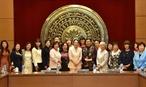 Laprès midi du 11 juillet dans les locaux de lAN la vice-présidente de lAN Tong Thi Phong a reçu une délégation de femmes parlementaires  japonais dirigée par Tsuchiya Shinako chef du Comité  pour le développement des femmes du Parti libéral démocrate (LDP) japonais en visite au Vietnam. En  image: la vice-présidente permanente de lAN Tong Thi Phong et des déléguées posent pour une photo souvenir. Photo: Duong Giang – AVI