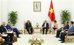 Prime Minister Nguyen Xuan Phuc on July 13 had a reception in Hanoi for Foreign Minister of Algeria Abdelkader Messahel during his official visit to Vietnam. Photo: Van Diep/VNA