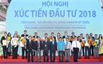 El 9 de agosto de 2018 en la ciudad de My Tho provincia de Tien Giang el primer ministro Nguyen Xuan Phuc asistió a la Conferencia de la Promoción de Inversiones de esta provincia sureña 2018 titulada Tien Giang - Oportunidad para inversiones el acompañante del desarrollo. En la foto: El premier Nguyen Xuan Phuc y los empresarios recibidos certificados para inversiones en la provincia de Tien Giang. Foto: Thong Nhat - VNA