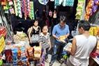 Nhiều người dân còn tranh thủ mua đồ ăn sẵn để có thể thức cả đêm.