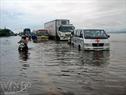 QL1A đoạn chạy qua hai huyện Quảng Ninh và Lệ Thủy (Quảng Bình) bị ngưng trệ do lũ. (Phan Đình Quân - TTXVN)