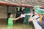 Lãnh đạo huyện Lệ Thuỷ thăm, tặng quà cho người dân vùng lũ ở xã Sơn Thuỷ. (Quảng Bình). (Hồ Cầu - TTXVN)