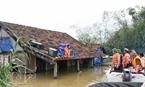 Đồ đạc được người dân huyện Lệ Thuỷ chuyển tạm lên mái nhà để tránh lũ. (Hồ Cầu - TTXVN)