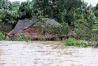 Nhà cửa của nhân dân huyện Hương Khê ngập trong lũ dữ (chụp chiều 17-10). (An Đăng - TTXVN)