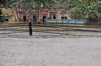 Trường tiểu học Long Giang (Hương Khê – Hà  Tĩnh) chỉ còn bảng hiệu nhô lên khỏi mặt nước lũ (chụp chiều 17-10 ). (Thanh Tùng  - TTXVN)