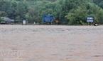 Ngã tư đại lộ tại Hương Khê chìm trong biển nước (chụp chiều 17-10 ). (Anh Tuấn – TTXVN)