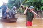 Lực lượng cứu hộ nỗ lực vào vùng lũ giúp dân (chụp chiều 17-10 ). (Thanh Tùng – TTXVN)