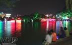 きらめくグオム湖の夜