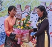 "Ngo Thi Thanh Hang, Deputy Chairwoman of the Hanoi People's Committee hands over the certificate of ""The Project to celebrate the 1,000th anniversary of Thang Long Hanoi"" to painter Nguyen Thu Thuy who developed the idea and made great contributions during the construction of the mosaic."