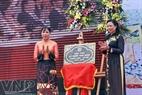"""吴氏清恒女士给红河沿岸陶瓷之路挂牌""""升龙-河内千年纪念工程""""。"""