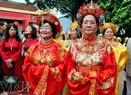 Các cụ bà trong trang phục truyền thống dự hội thư pháp đất Thăng Long – Hà Nội.