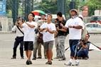 Các thành viên trong đội diều 4 dây của Malaysia đang điều khiển diều.