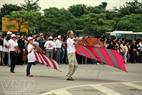 Một vị khách nước ngoài tham gia Liên hoan nghệ thuật diều Hà Nội.