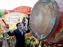 Ông Nguyễn Huy Tưởng, Phó Chủ tịch UBND Tp. Hà Nội nổi trống khai mạc triển lãm.