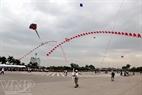 Những cánh diều tung bay trên quảng trường sân vận động Mỹ Đình.