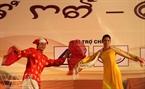 Đoàn ca múa nhạc Biển Xanh tham gia các tiết mục múa và hát về những làn điệu dân ca truyền thống của người dân tộc Chăm.