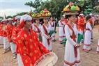 Những chàng trai cô gái Chăm vui mừng tham gia múa hát trong ngày hội katê.