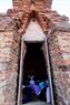 Cúng nữ thần Pô Sah Inư trong tháp.
