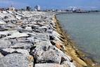 Một đoạn kè đá vững chãi đã hoàn thành trên vùng đất mới lấn biển.