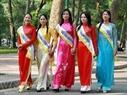 5 trong số 15 người đẹp duyên dáng khoe sắc cùng tà áo dài.