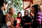 Các người đẹp trong một lần đến thăm cơ sở nuôi dưỡng trẻ mồ côi ở chùa Bồ Đề Hà Nội.