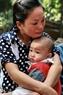Thí sinh Bùi Thị Hiền đã không cầm được nước mắt khi ôm ấp một cháu bé mồ côi trong lòng mình.