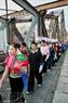 Une marche  pour la paix sur le pont de Long Biên.