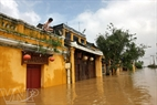 Những căn nhà cổ ngập chìm trong nước.