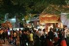 Des visiteurs participant au festival dans la nuit.