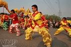 Représentation des arts martiaux des élèves de l'école des arts martiaux de Thanh Phong lors de la cérémonie d'ouverture du festival du pont de Long Biên de Hanoi.